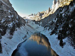 Vue aerienne du lac gelé de falensee en suisse prise avec un DJI Mavic Air