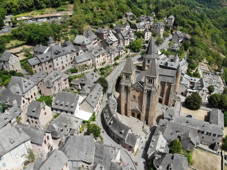 photo aerienne du village de conques et de sa cathedrale prise avec un drone DJI Mavic Air