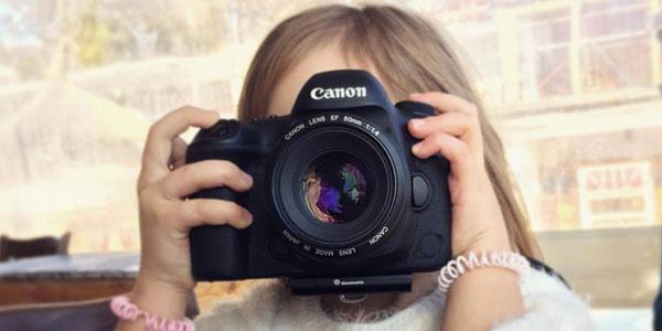 petite fille qui prend une photo quel photographe etes vous