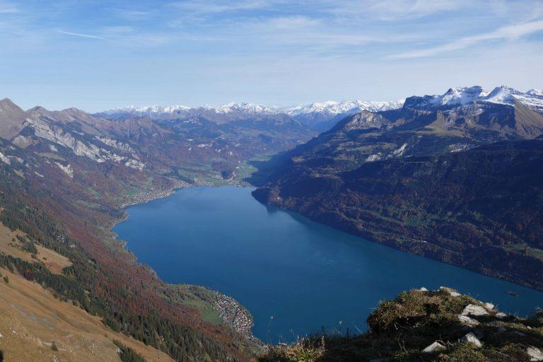 vue sur le lac de Brienz depuis la randonnee de l'Hardergrat (region d'Interlaken, Suisse)