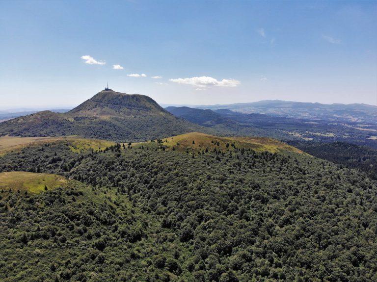 Puy de Dome pris par un drone DJI Mavic Air image aerienne chaine des puys