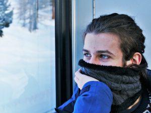 photo portrait jeune homme brun aux yeux bleus