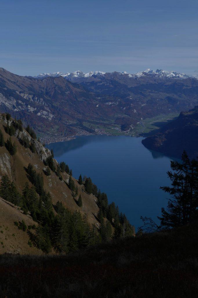 c'est quoi l'exposition photo sous-exposée du Lac de Brienz depuis la ranadonée de l'Hardergrat dans la région d'Interlaken en Suisse