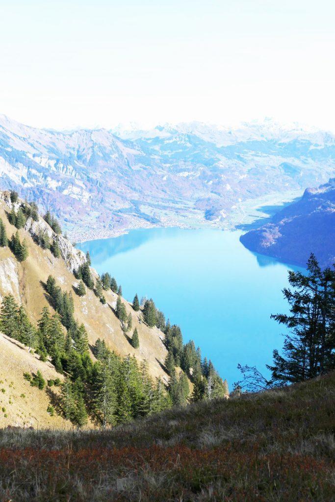 c'est quoi l'exposition photo surexposée du Lac de Brienz depuis la ranadonée de l'Hardergrat dans la région d'Interlaken en Suisse